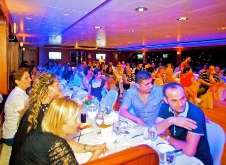 Teknede yemek yiyen misafirler